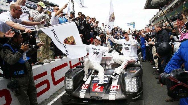 Posádka Porsche 919 Hybrid Marc Lieb, Romain Dumas, Neel Jani slaví v Šanghaji obhajobu mistrovského titulu