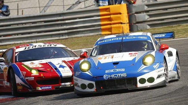 Porsche 911 RSR týmu KCMG Racingbojuje v Šanghaji s AF Corse Ferrari #83 o druhé místo