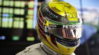 Lewis Hamilton s novým desgignem své přilby v Brazílii