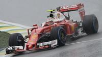 Kimi Räikkönen počas deštivého závodu v Brazílii