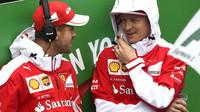Kimi Räikkönen se svým týmových kolegou Sebastianem Vettelem před závodem v Brazílii