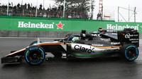 Nico Hülkenberg předjíždí Jensona Buttona počas deštivého závodu v Brazílii
