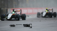 Nico Hülkenberg a Sergio Pérez se vyhýbají troskám Räikkönenova vozu závodu v Brazílii