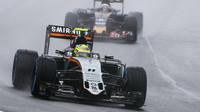 Sergio Pérez a Carlos Sainz počas deštivého závodu v Brazílii
