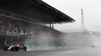 Esteban Ocon počas deštivého závodu v Brazílii