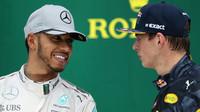 Lewis Hamilton a Max Verstappen na pódiu po závodě v Brazílii