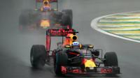 Daniel Ricciardo a Max Verstappen počas deštivého závodu v Brazílii