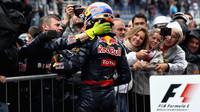 Max Verstappen se raduje s mechaniky po závodě v Brazílii