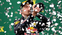 Max Verstappen slaví na pódiu po závodě v Brazílii