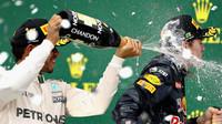 Lewis Hamilton a Max Verstappen slaví na pódiu po závodě v Brazílii