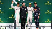 Tři nejlepší jezdi na pódiu po deštivém závodě v Brazílii