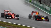 Max Verstappen předjíždí Kimiho Räikkönena během deštivého závodu v Brazílii