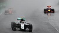 Nico Rosberg a Max Verstappen počas deštivého závodu v Brazílii