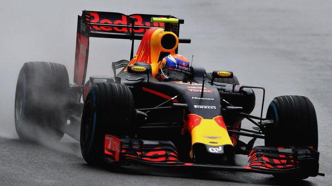 Max Verstappen během deštivého závodu v Brazílii