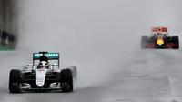 Lewis Hamilton a Max Verstappen počas deštivého závodu v Brazílii