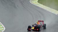 Max Verstappen a Sebastial Vettel počas deštivého závodu v Brazílii
