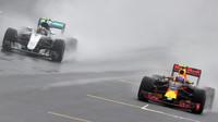 Max Verstappen předjíží Nica Rosberga počas deštivého závodu v Brazílii