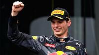 Max Verstappen se raduje na pódiu po závodě v Brazílii