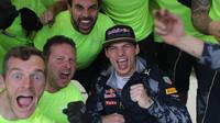 Max Verstappen se raduje z třetího místa se svými mechaniky po závodě v Brazílii