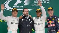 Tři nejlepší jezdi na pódiu po závodě v Brazílii