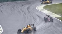 Jolyon Palmer počas deštivého závodu v Brazílii