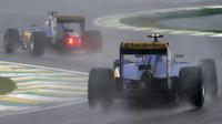 Marcus Ericsson a Felipe Nasr počas deštivého závodu v Brazílii
