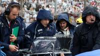 Inženýři týmu Sauber před závodem v Brazílii