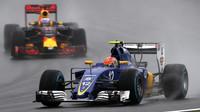 Felipe Nasr a Daniel Ricciardo počas deštivého závodu v Brazílii
