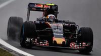 Carlos Sainz počas deštivého závodu v Brazílii