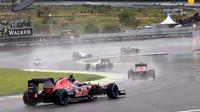 Mnoho kol počas deštivého závodu se odjelo za Safety carem v Brazílii