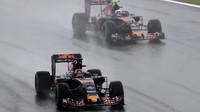 Daniil Kvjat a Carlos Sainz počas deštivého závodu v Brazílii
