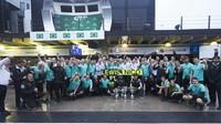 Radost týmu Mercedes z vítězství v závodě v Brazílii