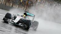 Lewis Hamilton počas deštivého závodu v Brazílii