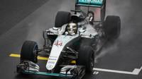 Lewis Hamilton v cíli deštivého závodu v Brazílii