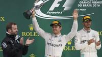 Lewis Hamilton a Nico Rosberg na pódiu po závodě v Brazílii