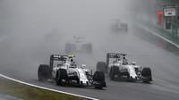 Felipe Massa (vpravo) bojuje se svým týmovým kolegou Valtterim Bottasem