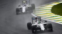 Felipe Massa před Valtterim Bottasem ve Velké ceně Brazílie