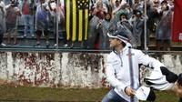 Felipe Massa svým fanouškům rozdává kšiltovky