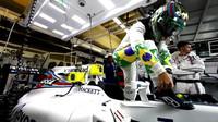 Felipe Massa se chystá před závodem usednout do svého Williamsu