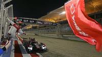 Audi R18 e-tron quattro #8 projíždí cílem závodu v Bahrajnu