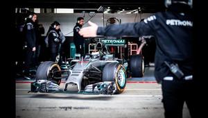Jorge Lorenzo s vozem Mercedes F1 W05 Hybrid