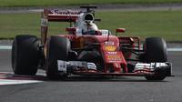 Sebastian Vettel v kvalifikaci v Abú Zabí