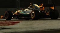 Lewis Hamilton v kvalifikaci v Abú Zabí
