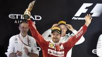 Sebastian Vettel  na pódium se svou trofejí za třetí místo v závodě Abú Zabí