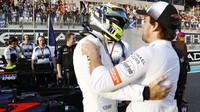 Fernando Alonso přeje Jensonovi Buttonovi vše dobré do posledního závodu v Abú Zabí