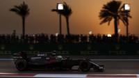 Jenson Button v závodě v Abú Zabí