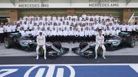 Hromadné foto týmu Mercedes v Abú Zabí