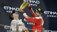 Nico Rosberg slaví mistrovský titul na pódiu po závodě v Abú Zabí