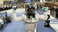 Nico Rosberg se raduje po dojezdu do cíle