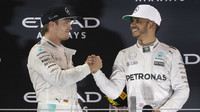 Lewis Hamilton gratuluje Nicovi Rosbergovi k mistorvskému titulu na pódiu po závodě v Abú Zabí